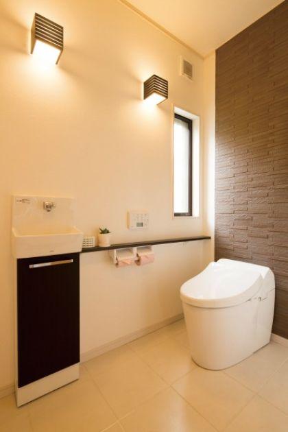 将来、車椅子でも使用しやすいよ う、トイレの出入口はワイドな引き 戸を設置。便器の背後には消臭効 果もある壁紙「エコカラット」を採 用した