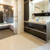 車椅子での使用にも配慮し、浴室 と洗面の出入口はワイドに設計。 洗面もホワイト×ブラックを基調 色に、モダンな空間となった